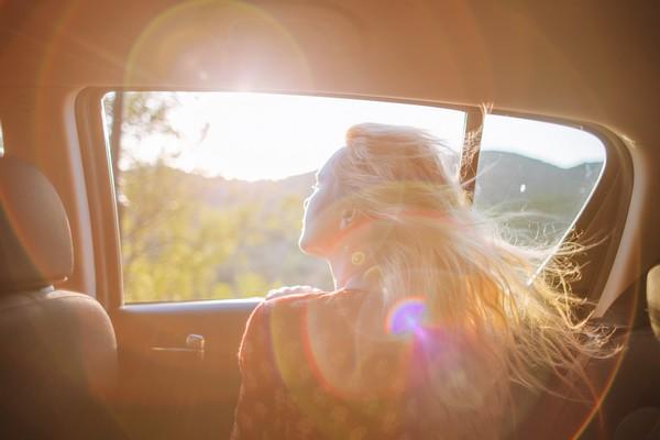 liberté par la fenêtre de la voiture
