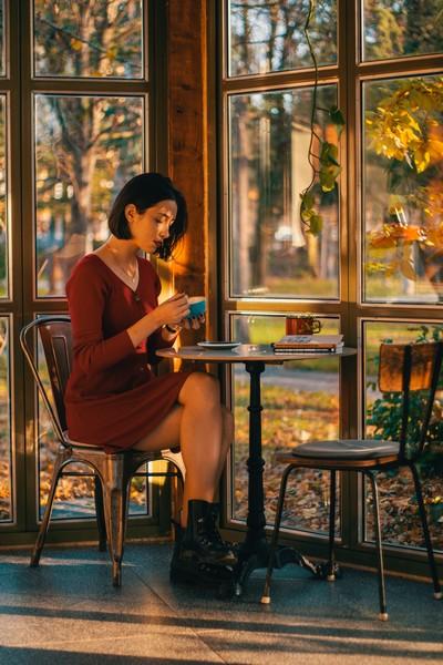 femme dans un café