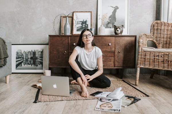 femme travaillant sur ses objectifs