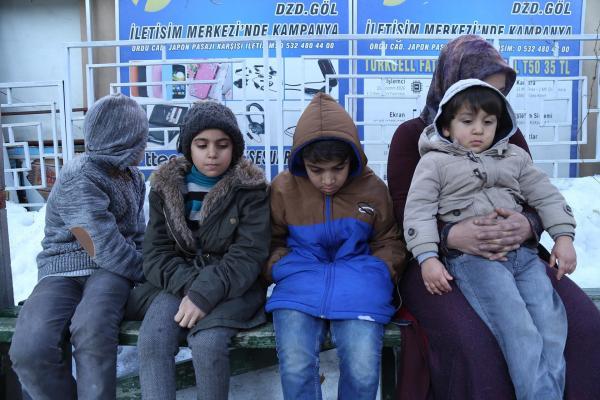 Ahi ailesi soğukta bekliyor