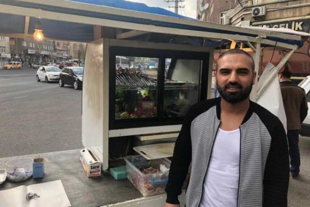 Diyarbakır'da seyyar ciğer tezgahı kurarak geçimini sağlamaya çalışan Ferit Küntaş.