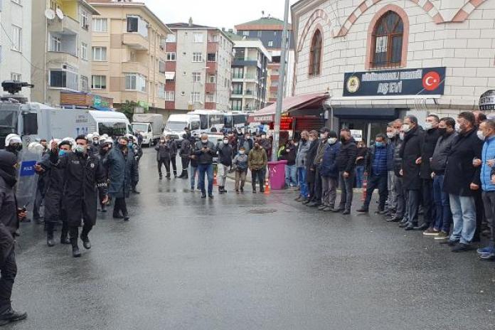 Bir tarafta polis diğer tarafta halk...