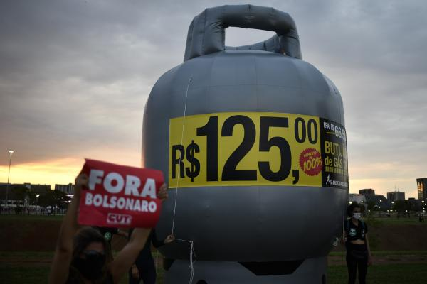 Brezilya'nın başkenti Brasilia'da toplanan yüzlerce kişi, Devlet Başkanı Jair Bolsonaro'yu protesto etmek için gösteri yaptı.