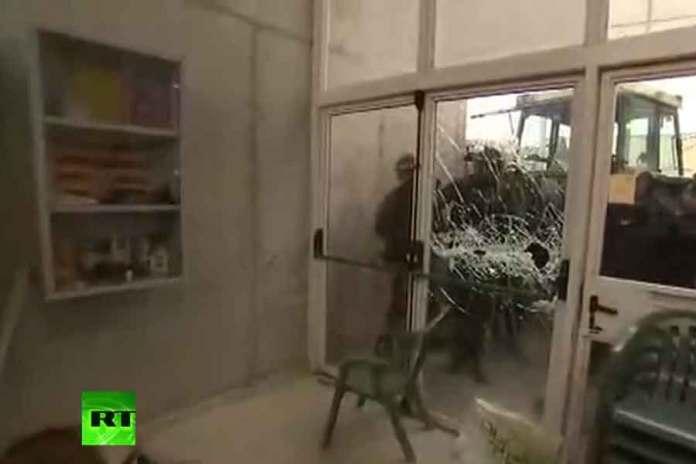 Polis seçim merkezlerine kapıları kırarak girdi