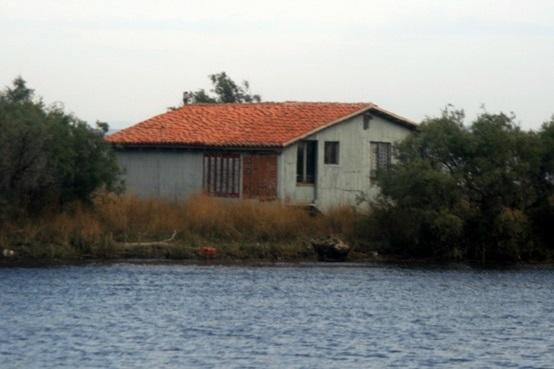 Εικόνα που περιέχει υπαίθριος, νερό, οικία, λίμνη  Περιγραφή που δημιουργήθηκε αυτόματα