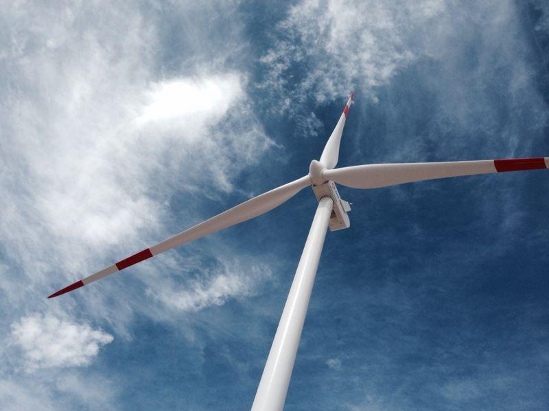 """Energías renovables en Chile (eólica, termosolar, geotérmica y energía solar fotovoltaica) terminan 2013 con una participación de 5,85% en la generación y 6,31% de la capacidad instalada. La potencia ERNC total conectada a los sistemas eléctricos alcanzó a los 1.112,4 MW durante el año 2013, lo que equivale al 6,31% de la capacidad total del país y más del 40% de lo instalado en 2012, de los cuales 444 MW corresponden a bioenergía, 332 MW a mini hidráulica, 331 MW a eólica y 5,7 a solar. De acuerdo a cifras recogidas por el Centro de Energías Renovables (CER) en su Reporte ERNC de enero de 2014, la generación a su vez logró una participación superior al 5% de la inyección total a los sistemas interconectados. """"La generación ERNC acumulada durante el año 2013 totaliza 3.986 GWh, representando un 5,85% de la inyección total de los sistemas eléctricos mayores, lo que significa un incremento del 26% con respecto al año 2012"""", se informa en el Reporte CER. Durante el mes de diciembre del año pasado, iniciaron su operación 5 nuevos proyectos ERNC, incrementando la matriz actual en 38,4 MW. Se trata de dos centrales mini hidráulicas de 3,6 MW, dos plantas de biogás de 1,8 MW y un parque eólico de 33 MW, con lo que la capacidad instalada durante el 2013 alcanza un total de 241,9 MW, superando en un 46% lo conectado en el año 2012. La inyección en base a fuentes ERNC durante el mes de diciembre llegó a 342 GWh, de los cuales un 49% corresponde a bioenergía (169 GWh), un 38% a mini hidráulica (131 GWh), un 12% a energía eólica (42 GWh) y un 0,4% provenientes de plantas solares (1,2 GWh). En conjunto, esto equivale a un 6,31% de la generación total del SIC y SING. Según informa el Reporte CER, el mayor aporte ERNC del último mes de 2013 fue el día 31 de diciembre, donde el 7,5% de la inyección total del sistema provino de fuentes renovables no convencionales. En cuanto a la generación reconocida por la Ley 20.257, en noviembre ésta alcanzó los 277 GWh, correspondientes a 115 G"""