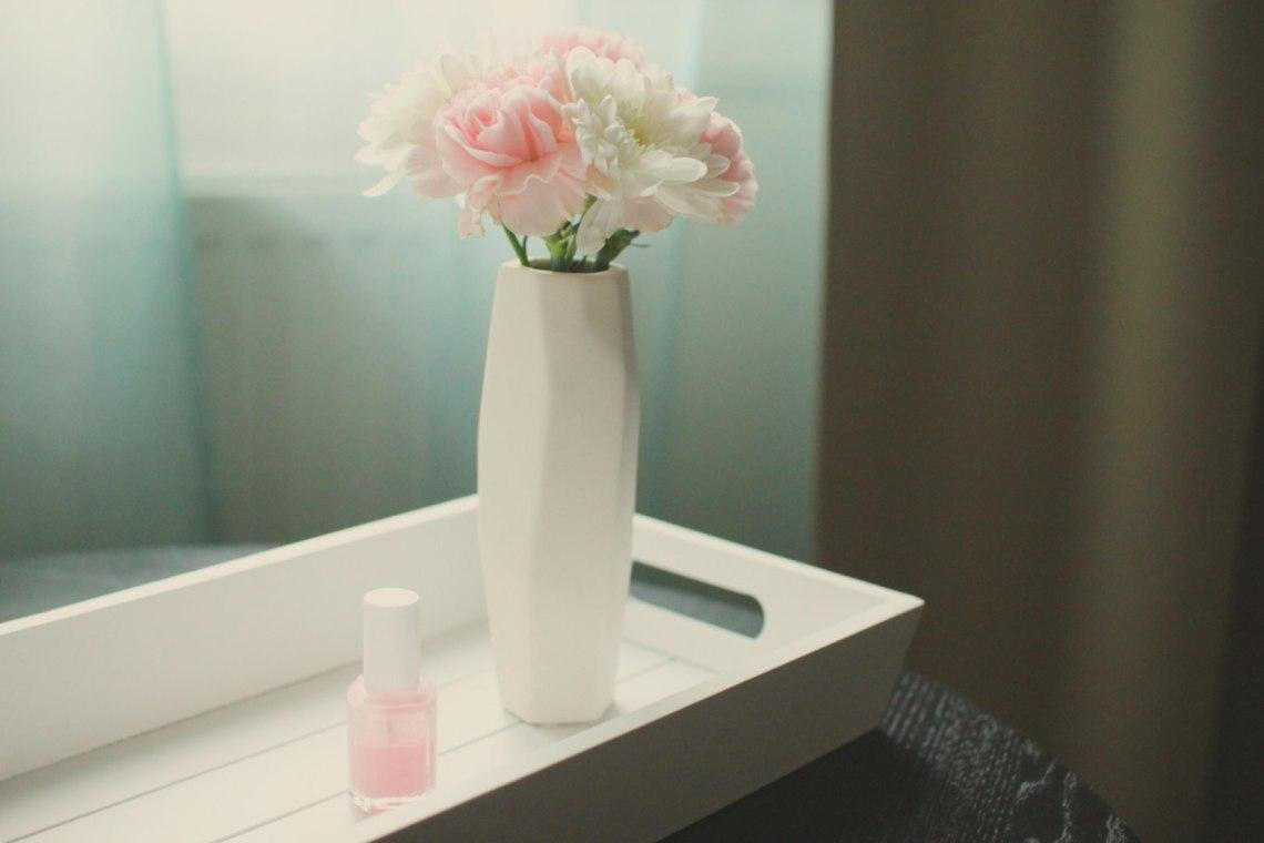 kwiaty-lakier-róż-biel