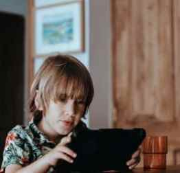 kid reading enfant contenu papa lire