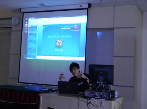 Check out the 'check it out' gesture by Luis Ku when preparing for the slides of his workshop on WordPress Multisite