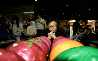 vickson tan praying to win exabytes bowling tournament