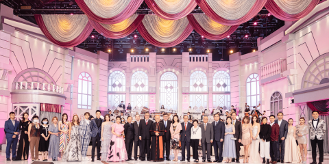 Donors and sponsors together with Cardinal Tong, Father Yim, representatives of the Friends of Caritas as well as performers in the charity show.