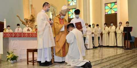 Deacon Anthony Pun Ming-chi is ordained a priest through the Imposition of Hands of Cardinal John Tong Hon. - Photo: Kung Kao Po