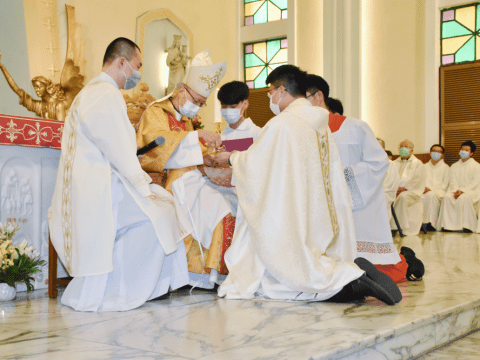 Cardinal Tong anoints the hands of Father Pun, signifying that his hands are being prepared for the sacred duties and vessels which will be part of his priestly ministry.