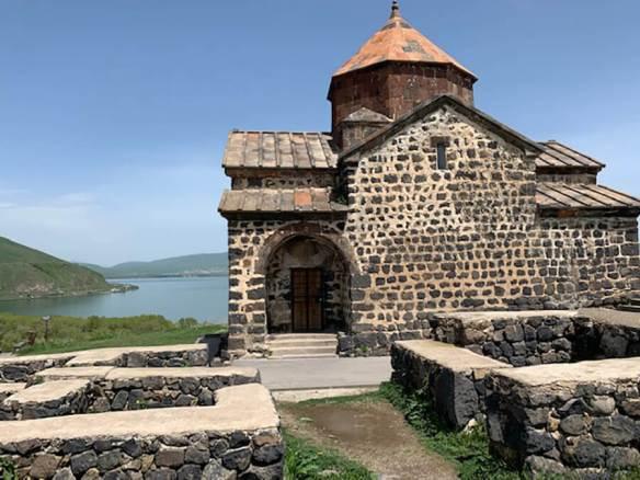 Monastère de Sevan au loin le Lac Sevan (c) M.L