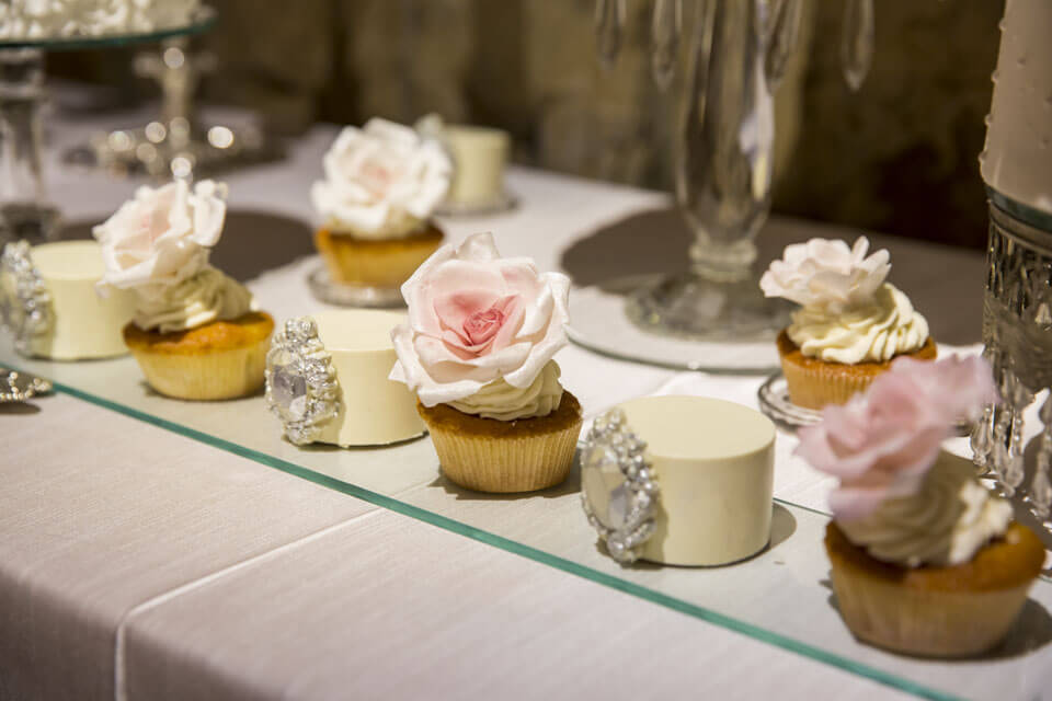 Cupcakes in the Colors of the Wedding Theme