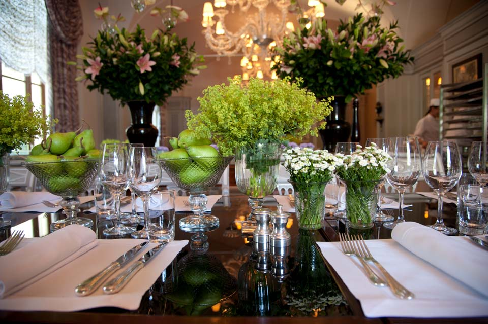 Elegant decoration with flowers and fruit for reception in Florence