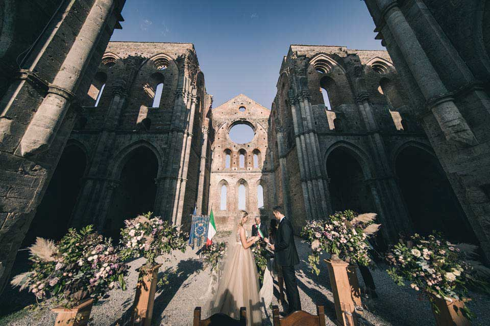 Wedding At San Galgano In Tuscany Where The Sky Is The Ceiling Exclusive Italy Weddings Blog