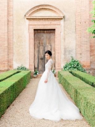 Portrait of the bride in front of Villa Cetinale