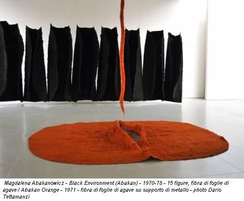 Magdalena Abakanowicz - Black Environment (Abakan) - 1970-78 - 15 figure, fibra di foglie di agave / Abakan Orange - 1971 - fibra di foglie di agave su supporto di metallo - photo Dario Tettamanzi