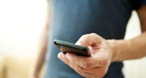 mężczyzna trzymający smartfon