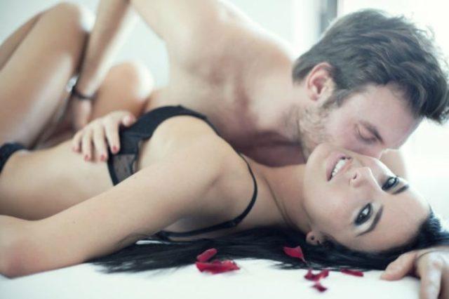 udawać orgazm