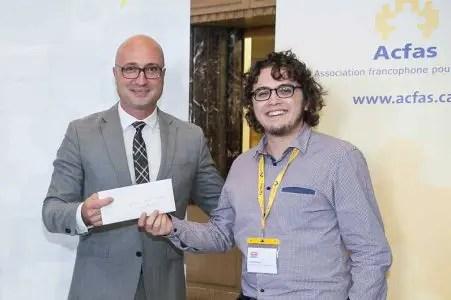 Jonathan Gagné (à gauche) reçoit son prix de Philippe-Edwin Bélanger (à droite), président de l'ADÉSAQ