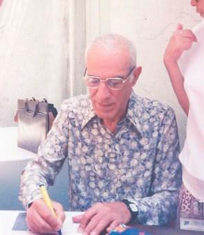 Jorge Rizzini autografa livro na sede da Federação Espírita de São Paulo.