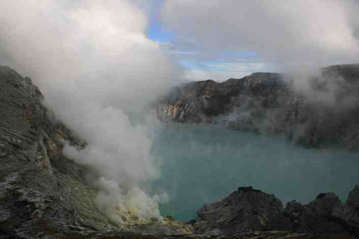 Ijens crater lake