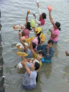 3479 20041230 0917-14 Bagan Boat from Mandalay Fruity Women