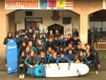 Grupo de alumnos delante de la escuela Northwind de surf en la playa de Somo en Cantabria