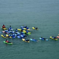 Alumnos del campamento de surf con la Escuela de Surf los Locos en Suances en Cantabria