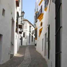 Calle con tiestos en Arcos de la Frontera en la provincia de Cádiz