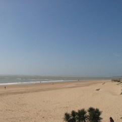 Gente paseando en la Playa de Rota en la provincia de Cádiz