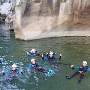 Alumnos disfrutando en el agua en el barranco de las Buitreras en Málaga