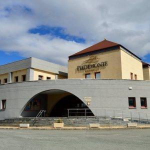 Edficio de la Bodega Piedemonte en OIite en Navarra