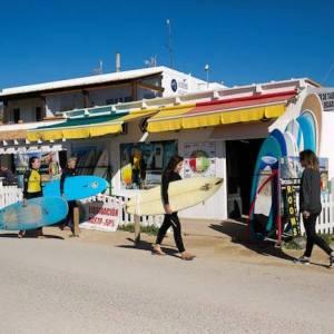 Venta y alquiler de material de surf en la Playa de El Palmar
