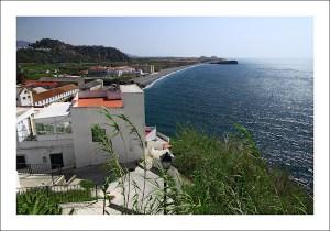 Vista desde una casa blanca a la Playa de la Guardia en la provincia de Granada