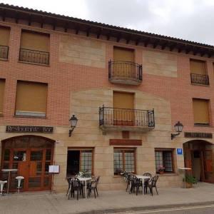 Fachada del hotel Alvar González en Vinuesa en la provincia de Soria