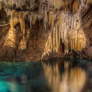Agua en el interior de la gruta de las Maravillas en la provincia de Huelva