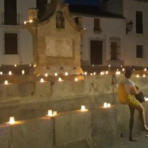 Visitantes en la noche en Blanco en Fregenal de la Sierra en la provincia de Badajoz