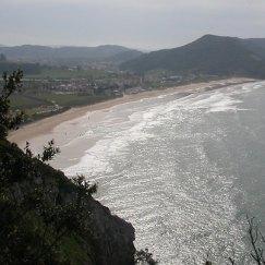 Vista de la playa de Berria en Santoña en Cantabria