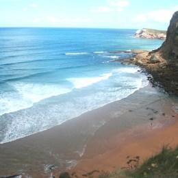 Marea baja en la playa de la Tablía en Suances en Cantabria