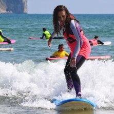 Alumna de la escuela BM Surf School en clases de surf en Laredo