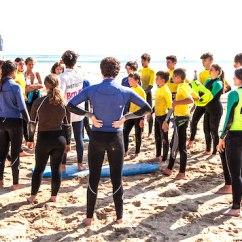 Alumnos en el campamento de surf en Laredo en Cantabria