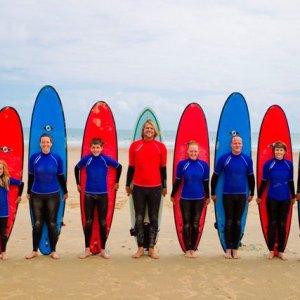 Alumnos en el surf camp de Elementsurf en la Playa de Merón en San Vicente de la Barquera