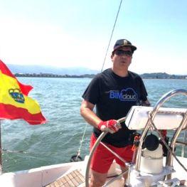 Alumno haciendo prácticas de navegación con Santander en Barco en la Bahía de Santander