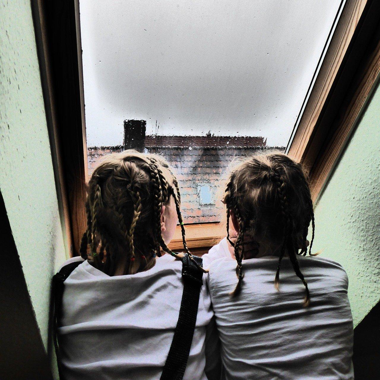 Ein Dachfenster sollte besonders gut gedämmt sein, damit es bei Regen nicht zu laut wird.