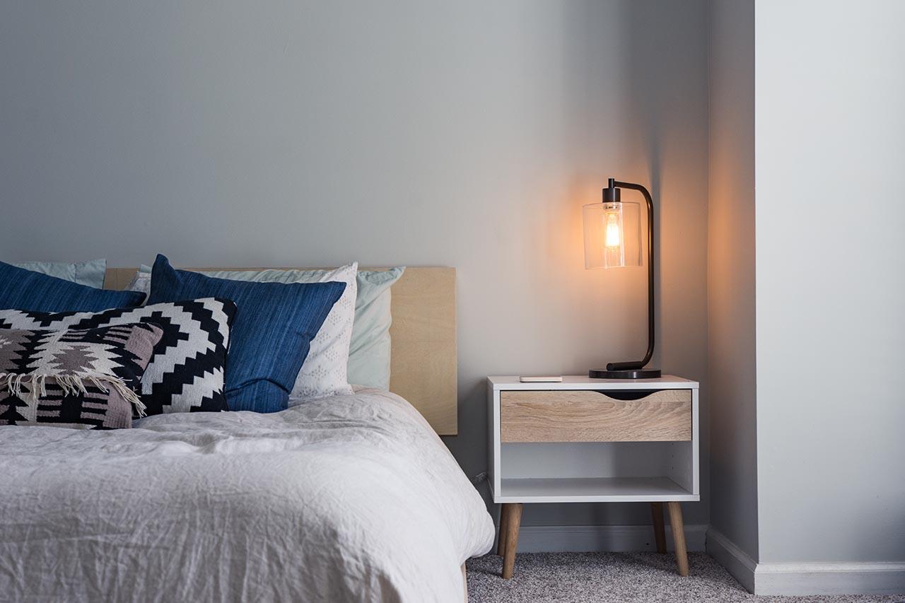 Ein Nachttisch aus Holz bringt ein Stück Natur in Dein Schlafzimmer.