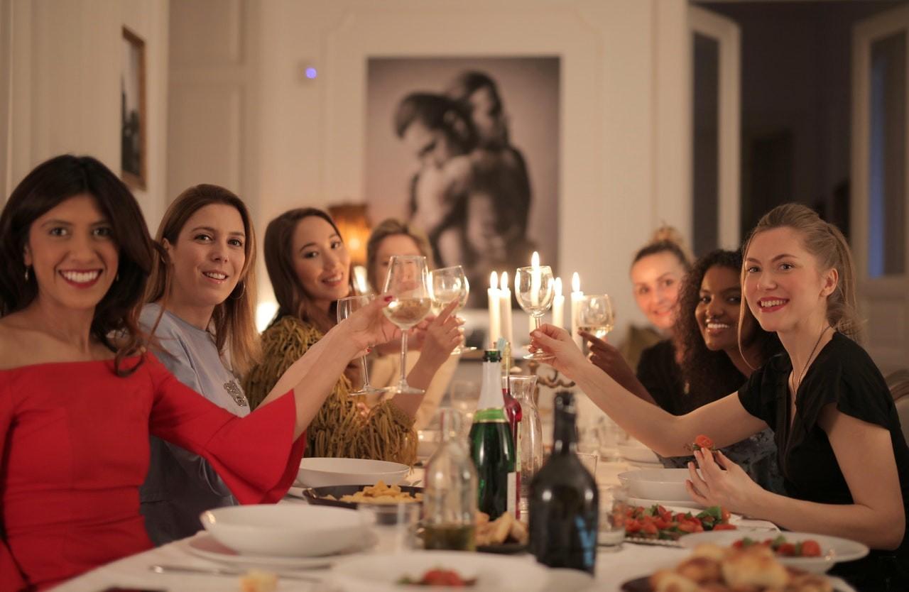 Weil Wein aus einer Weinpumpe einfach länger genießbar bleibt, können auf Feiern auch mehrere Weinflaschen geöffnet werden, welche anschließend nicht ausgetrunken werden müssen.
