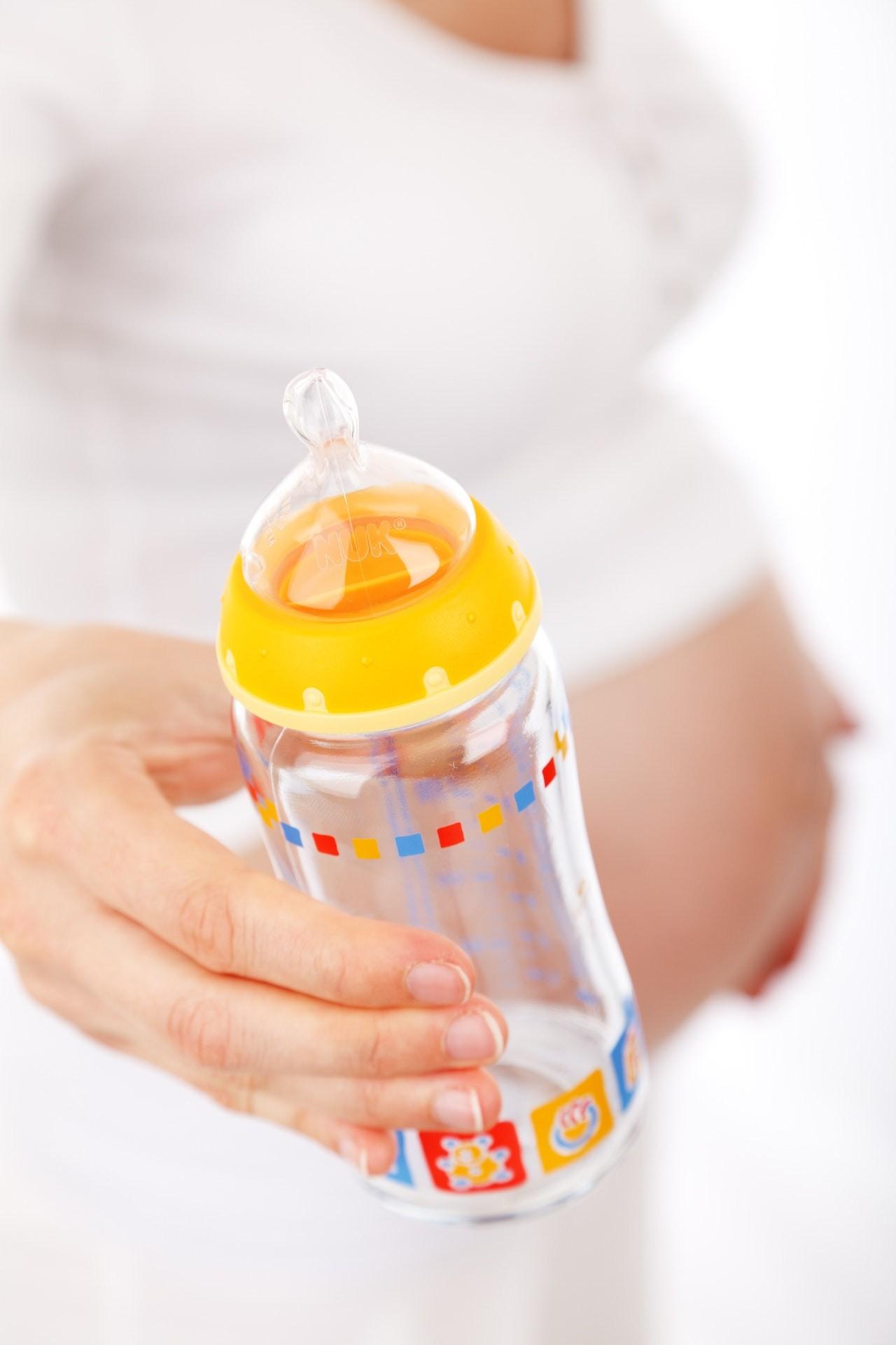 Achte beim Kauf einer Babyflasche auf das Material. Möchtest Du auf Nummer sicher gehen, entscheide Dich für ein natürliches Material für Edelstahl oder Glas und vermeide Kunststoff.